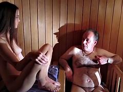 Razz - ragazzina seduce vecchio in the sauna