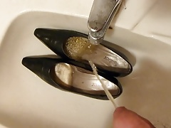Piss in wifes black classic pumps