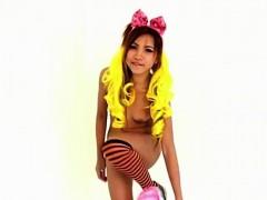 Gorgeous Thai girl loves to tease