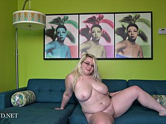 Enchanting bigass blonde gets naked to tease you